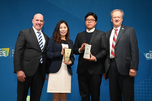 Samsung Electronics wins the EPA's annual SMM Award. Jenni Chun (center-left), Head of Regulatory & Environmental Affairs, Samsung Electronics America, receives the Gold Tier Award. Kyungmo Yang (center-right), Manager of Galaxy Upcycling Program, Samsung Electronics, receives the Cutting Edge Champion Award.